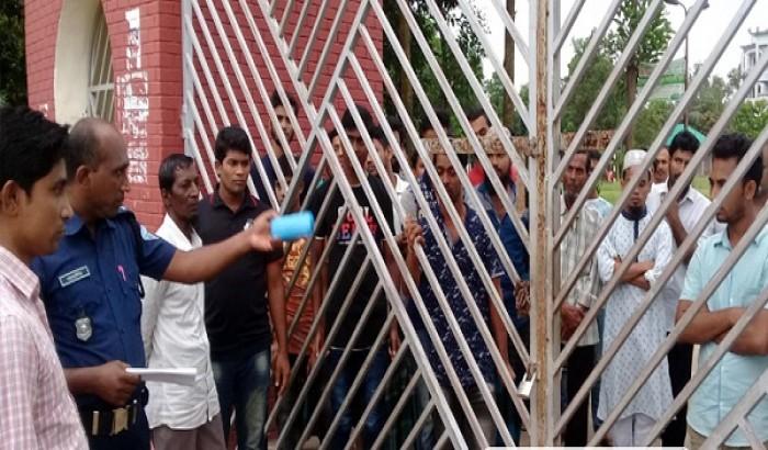 দুই ছাত্রের ভর্তিতে অধ্যক্ষের আপত্তি, কলেজে তালা