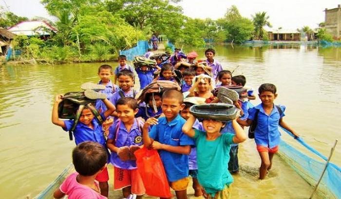 কয়রায় শিক্ষার্থীদের চলাচলে দুর্ভোগ, হাটুপানি পেরিয়ে বিদ্যালয়ে