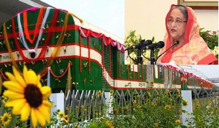 বাঁশি ফুঁকে 'কুড়িগ্রাম এক্সপ্রেস' উদ্বোধন করেছেন প্রধানমন্ত্রী
