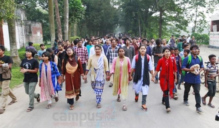 জাহাঙ্গীরনগর বিশ্ববিদ্যালয়ের ভিসির অপসারণের দাবিতে আন্দোলনরত শিক্ষার্থীরা