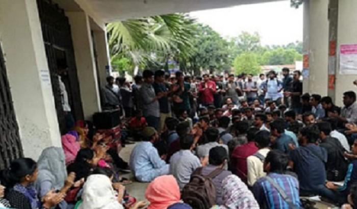 কুবির আইসিটি বিভাগের শিক্ষার্থীরা ৫ দফা নিয়ে মাঠে