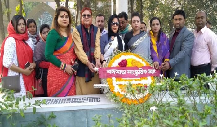 বেগম ফজিলাতুন্নেছার কবরে বঙ্গমাতা সাংস্কৃতিক জোটের শ্রদ্ধাঞ্জলি