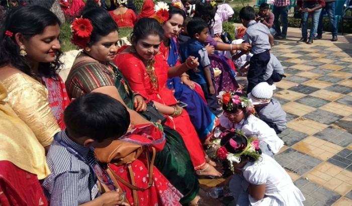 ভালোবাসা দিবসে মায়ের পা ধুয়ে দিল শিক্ষার্থীরা