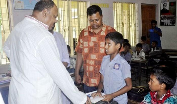 হঠাৎ স্কুলে গণশিক্ষা প্রতিমন্ত্রী, শিক্ষক বরখাস্ত
