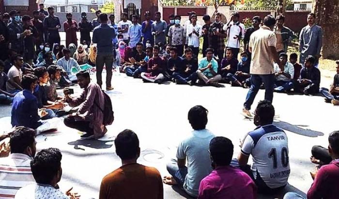 এবার হল খোলার দাবিতে আন্দোলনে রাবি শিক্ষার্থীরা