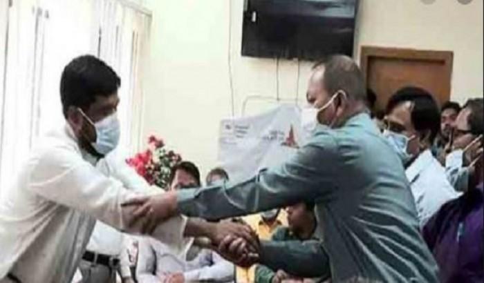 প্রধান শিক্ষককে মারধর, করমর্দনে মীমাংসা
