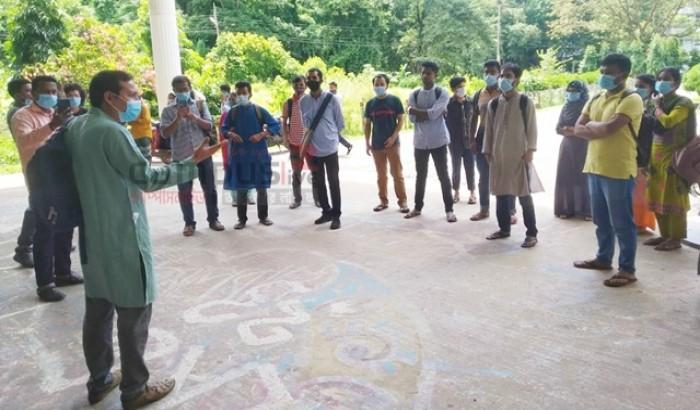 চবি: প্রশাসনের হস্তক্ষেপে প্রতীকী ক্লাস প্রত্যাহার
