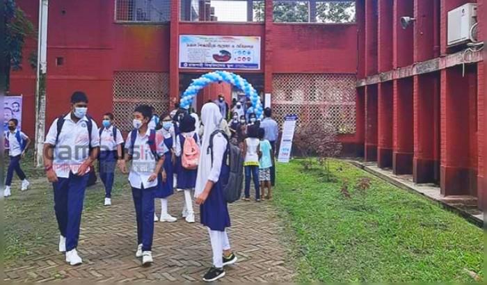 শিক্ষার্থীদের পদচারণায় মুখরিত রাবির স্কুল ক্যাম্পাস
