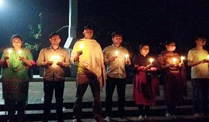 খুবি: ববি-জাবিতে হামলার প্রতিবাদে মোমবাতি প্রজ্জ্বলন