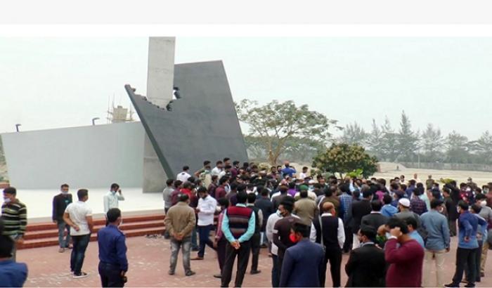 পাবিপ্রবি শিক্ষার্থীর নকশায় নির্মিত শহীদ মিনার