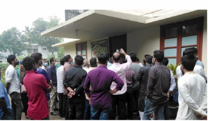 বিতর্কিত নিয়োগপ্রাপ্তরা যেভাবে রাবির ভিসির বাসভবনে তালা দিলেন
