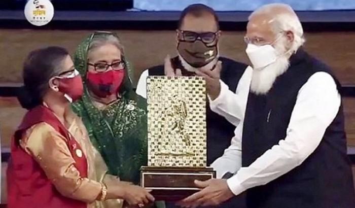 শেখ হাসিনা-রেহানার হাতে 'গান্ধী পুরস্কার' তুলে দিলেন মোদি