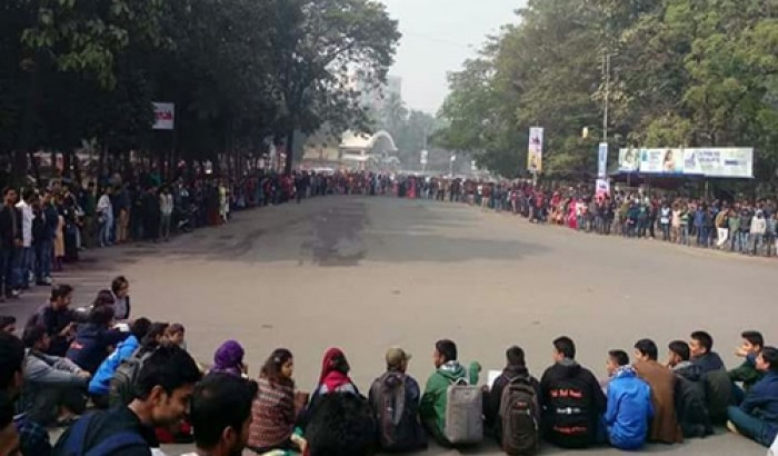 ঢাবি'র অধিভুক্তি সাত কলেজ বাতিলের দাবিতে বিক্ষোভ