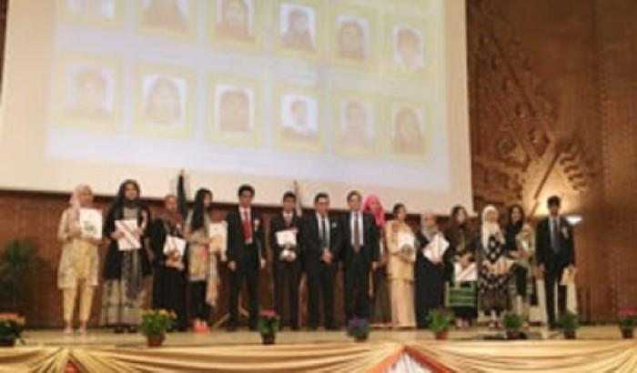 যুক্তরাজ্যে বাংলাদেশী কৃতি শিক্ষার্থীদের অ্যাওয়ার্ড প্রদান