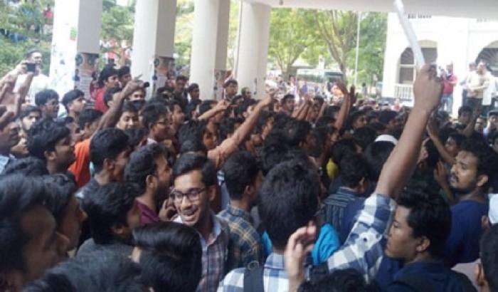 কুবির বাসে হামলা: শিক্ষার্থীদের বিক্ষোভ